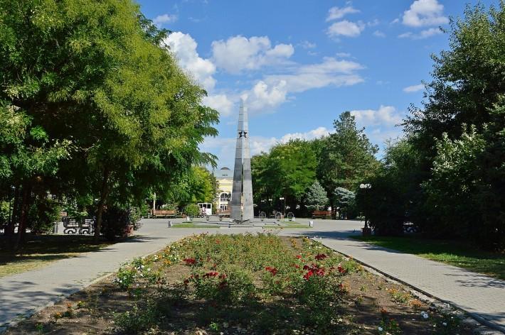 Братский Сад - центральный парк в Астрахани в честь погибших в ВОВ. В Братском Саду до сих пор под мемориалом захоронено несколько десятков солдат