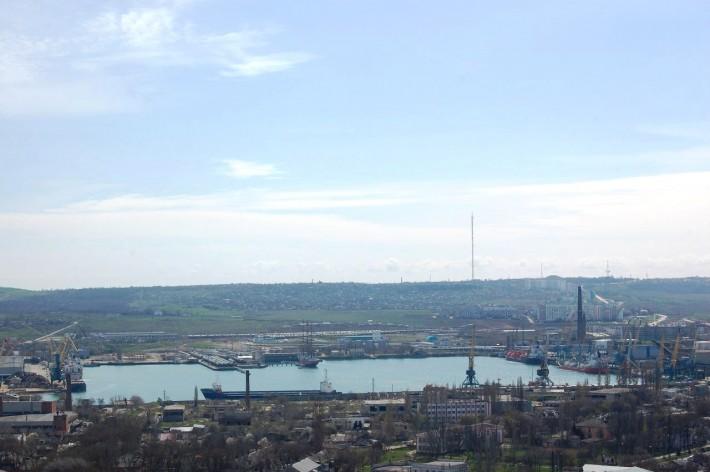 Вид с горы Митридат на морской рыбный порт и микрорайон КУОР, центр