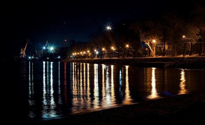 Главная набережная Таганрога при ночном освещении