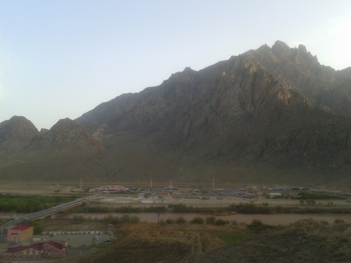 Ирано-армянская граница. Между ними река Аракс, разделяющая эти два государства