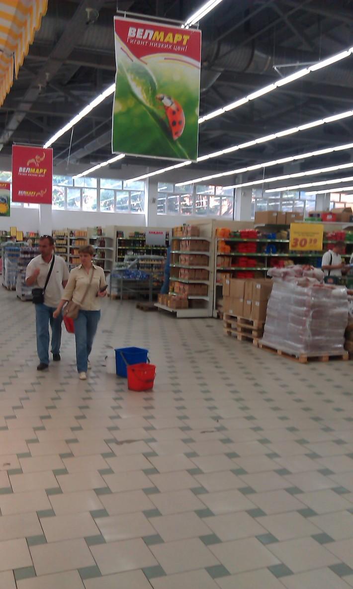 Один из магазинов. Пустых полок без товара нет