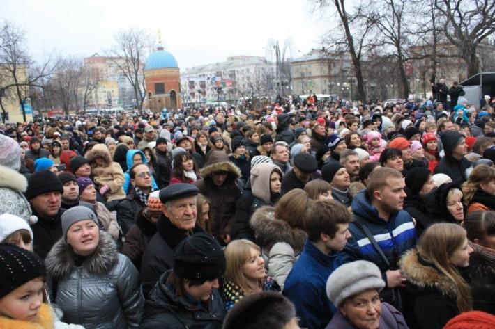 Люберчане, собравшиеся в центре города у нового кинотеатра «Октябрь» на открытии в 2012 году
