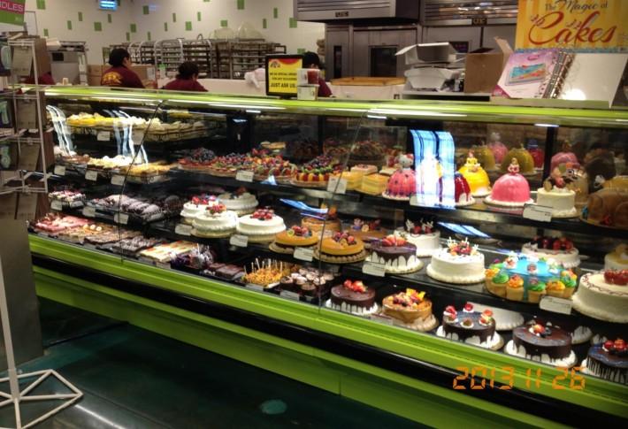 Отдел сладостей в супермаркете Суперкинг (Ван Найс, штат Калифорния, США)