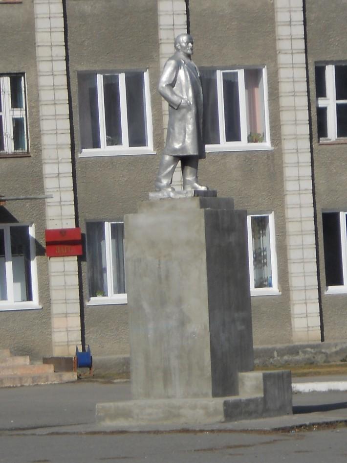 Ленин, как и полагается, возле администрации