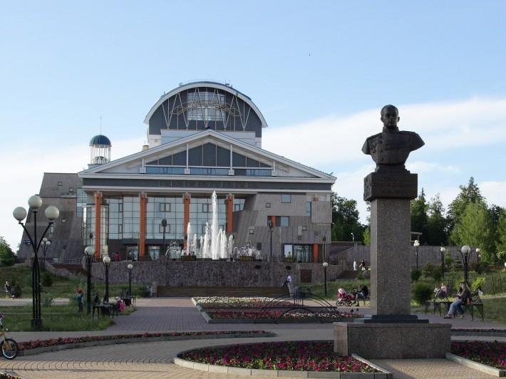 Новый фонтан работает под музыку, которая замолкает только после 22-00. На переднем плане памятник основателю города Б.Г.Музрукову. На дальнем плане Новый городской театр