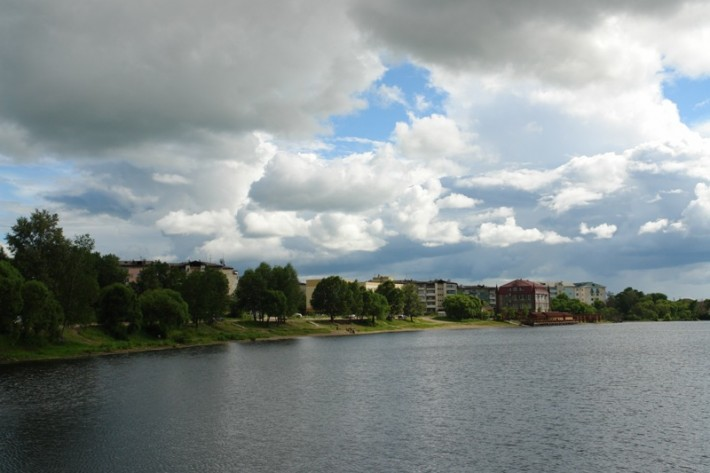Залив в микрорайоне ул. Советской, вид на ресторан и улицу Невская