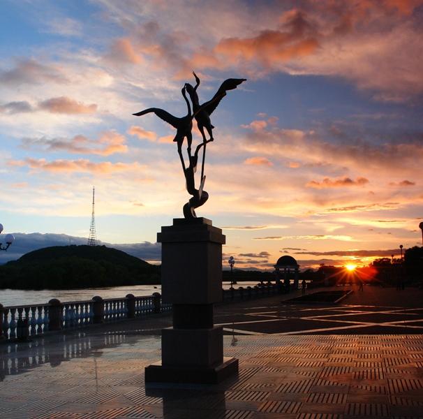 Закат на фоне экспоната «Аллеи Искусств» — журавлей и сопки на центральной набережной