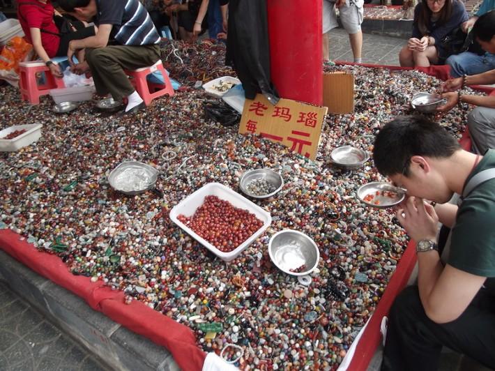 """На рынке в Пекина можно купить """"натуральные"""" камни"""