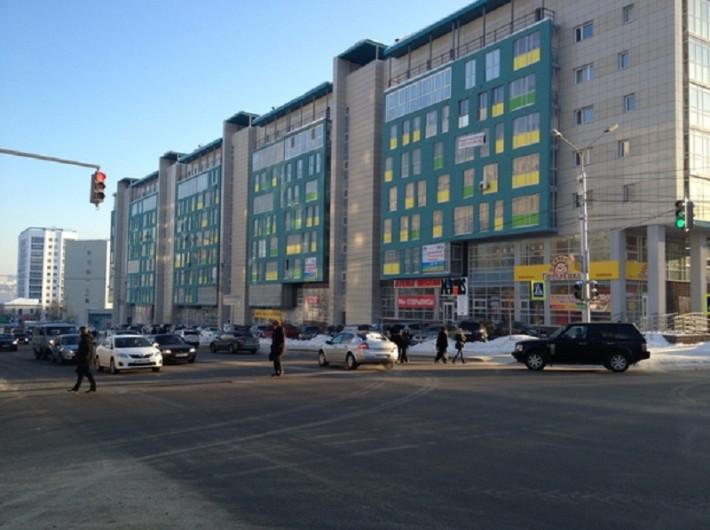 Одна из центральных улиц города, справа элитный жилой комплекс, сейчас заселяется