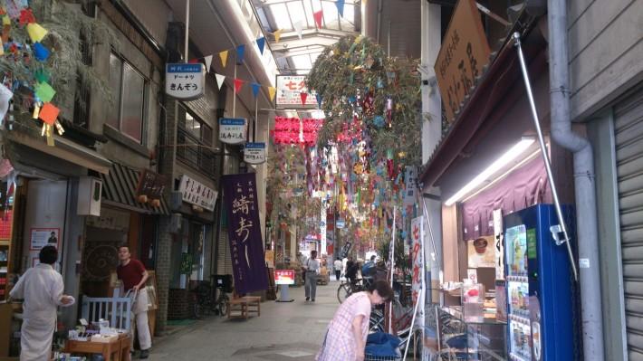 Рынок недалеко от моего дома. Здесь продается все: от продуктов до хозтоваров. Украшен к празднику Танабата