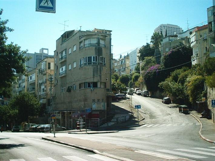 Скругленные силуэты зданий, особенно в центральных районах, гармонируют с плавной извилистостью горных дорог