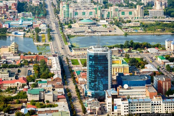 Улица Кирова положила начало всему Челябинску. Она была одной из первых в городе. С 2000 года улица стала пешеходной зоной