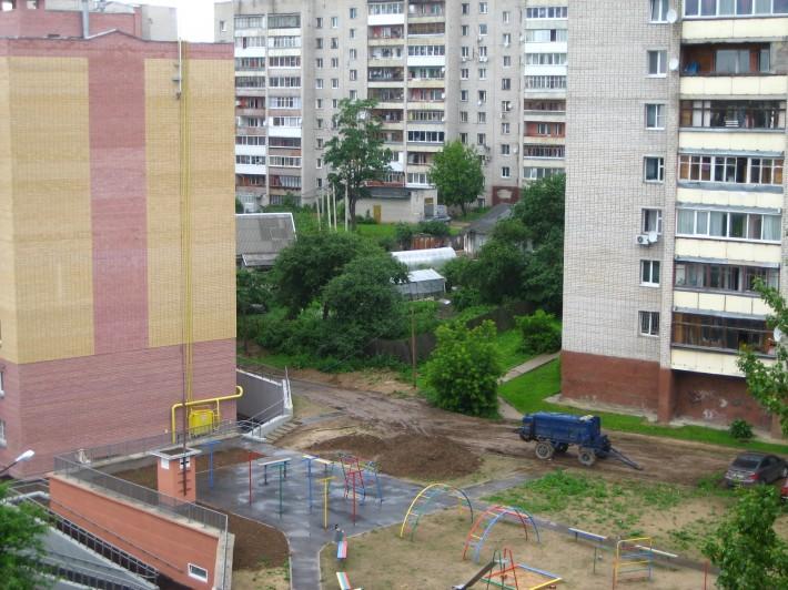 Особенности городской застройки: два частных домика в окружении многоэтажек