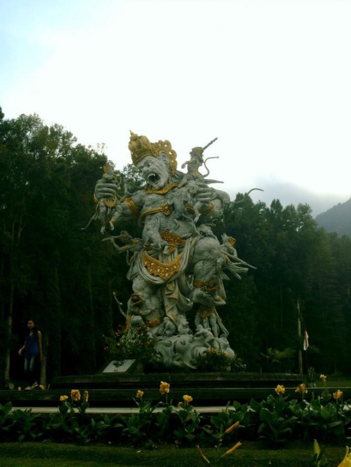 Вместо политических деятелей, в парках стоят скульптуры героев Рамаяны