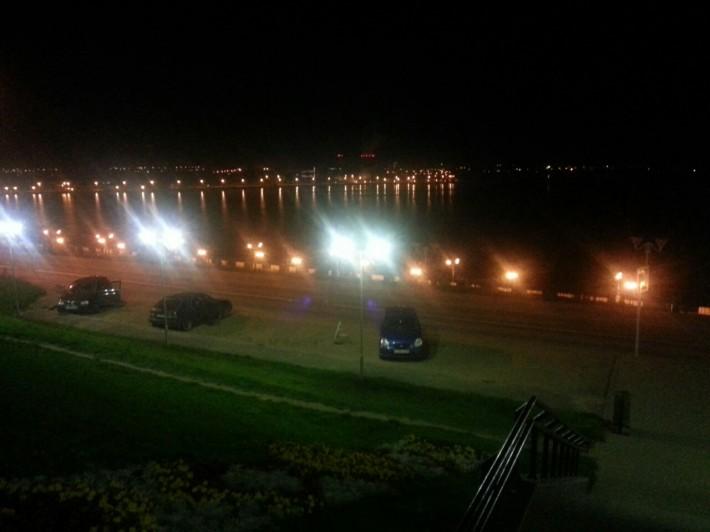 Вид на ночную набережную Ижевского пруда