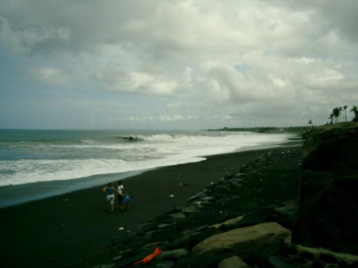 Пляж Лебих (черный песок)