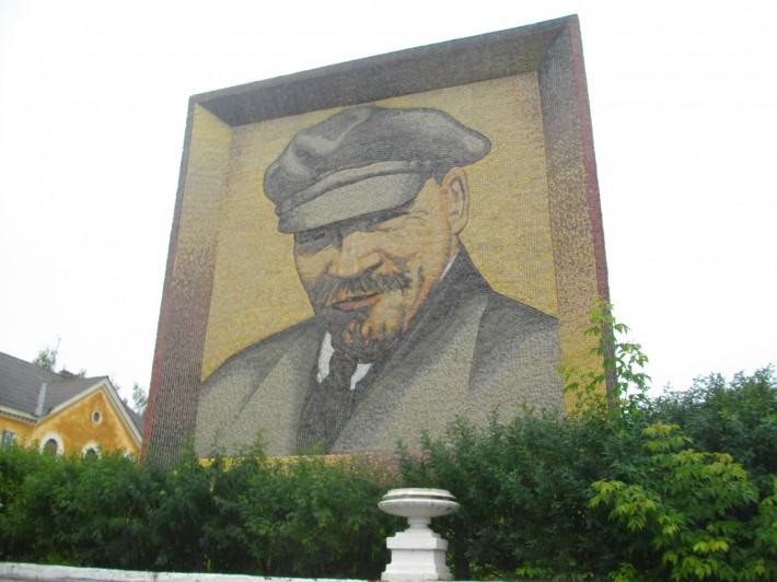 Мозаика Ленин на центральной площади Дегтярска