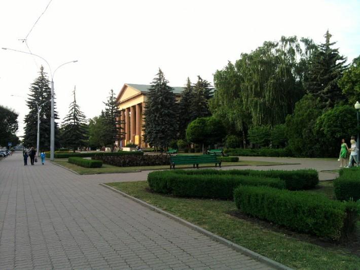 Ставропольский драматический театр и сквер вокруг него. За театром Дом Правительства и Площадь Ленина