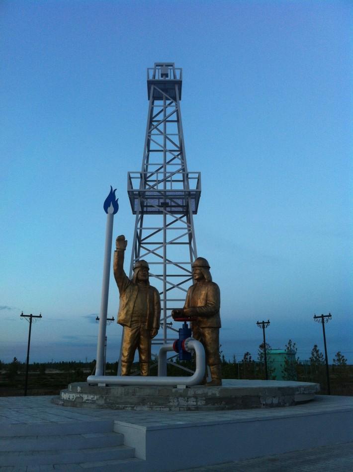 Памятник первооткрывателям Уренгойского месторождения. На выезде из Нового Уренгоя в сторону Сургута