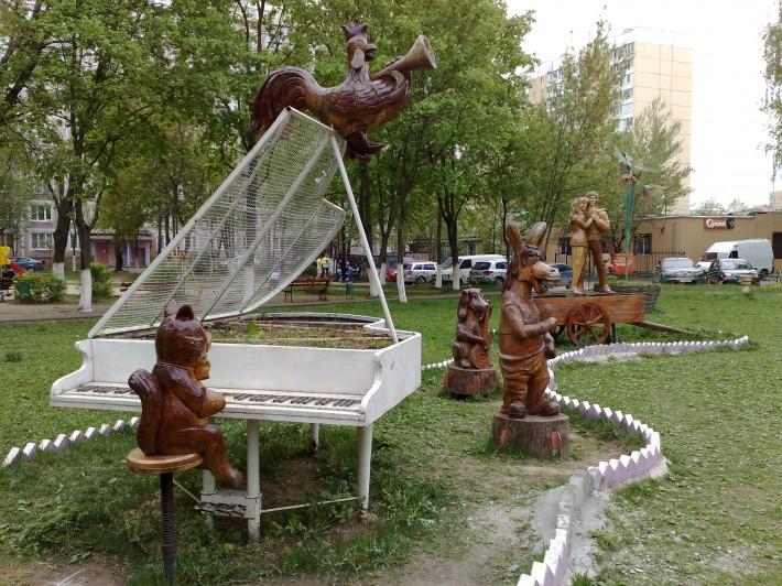 Скульптурная композиция железнодорожненского двора