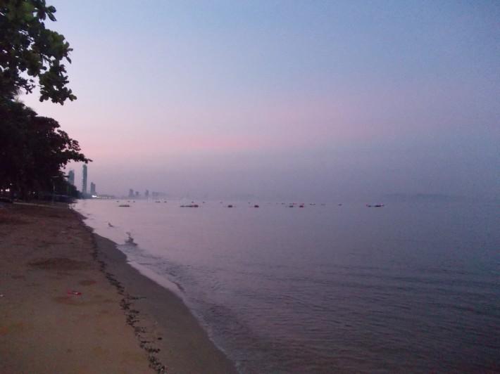 Рассвет на пляжном Джомтьене