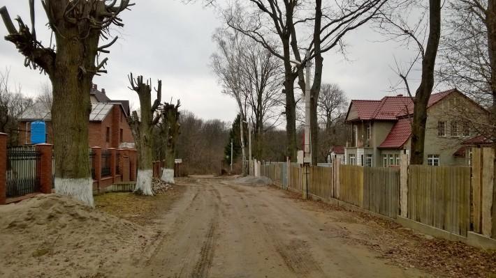 Улица современных коттеджей в поселке