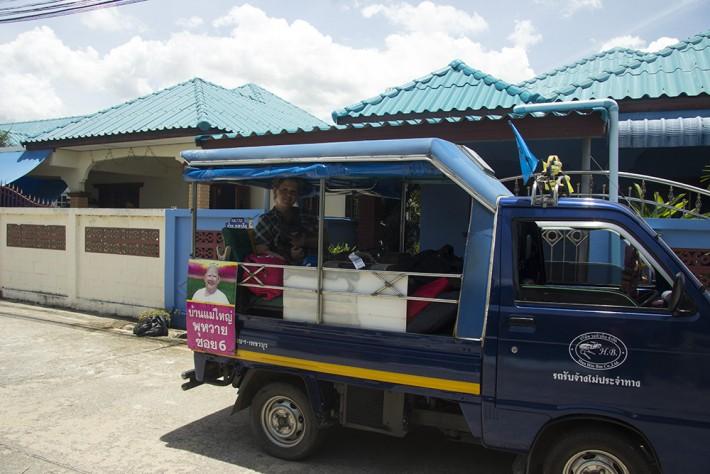 Тук-тук - местный автобус). Такой драндулет можно заказать в качестве такси за 200 бат