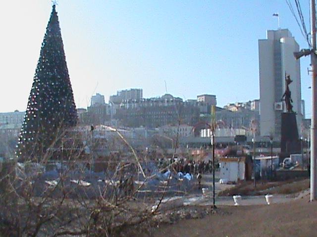 Новогодняя елка - та, которая практически ежегодно падает посреди центральной площади