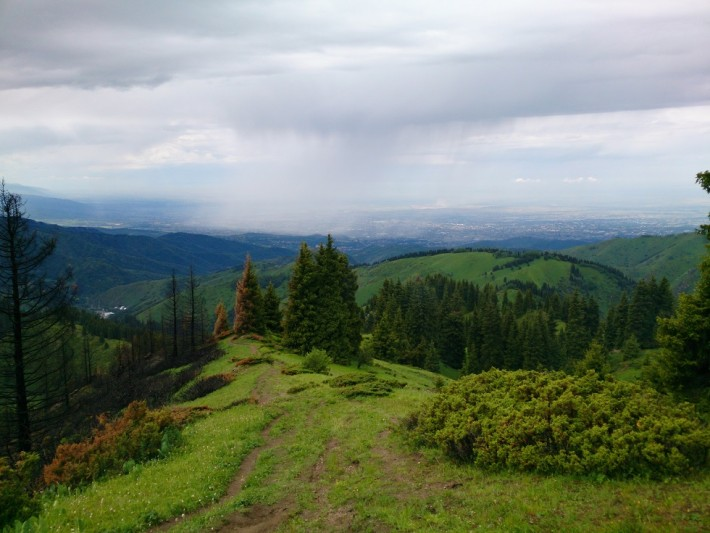 Тропа на Фурмановку, вдали Алма-Ата и смог