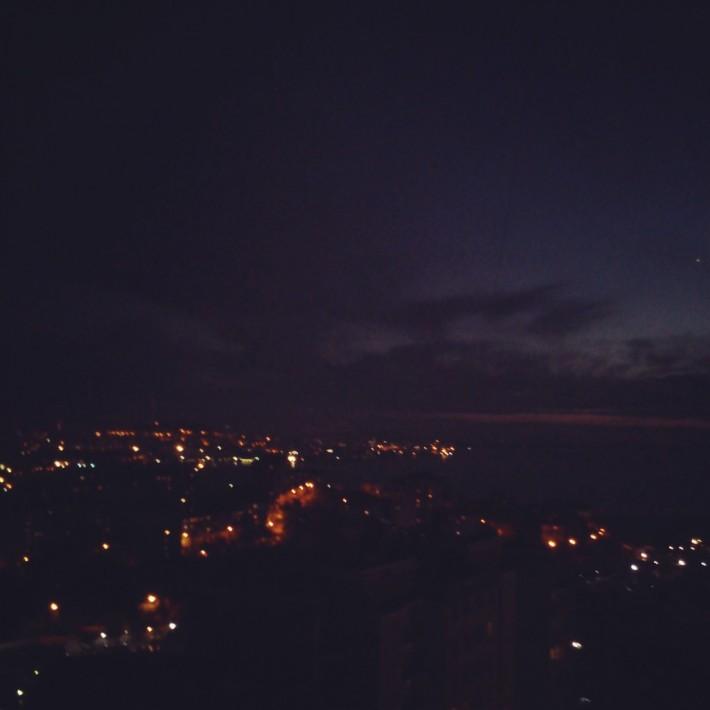 По ночам расположенный на сопках город выглядит впечатляюще и захватывающе