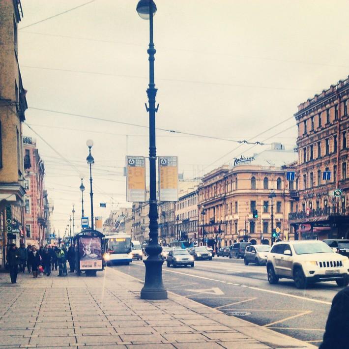 На Невском проспекте очень многолюдно, летом практически невозможно ходить, не налетая на других людей