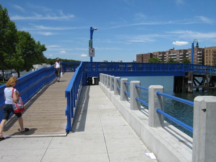 Мост через Брайтонский залив, когда-то давно переход через него был платным, о чем сегодня напоминает будка с окошком (на другом кадре)