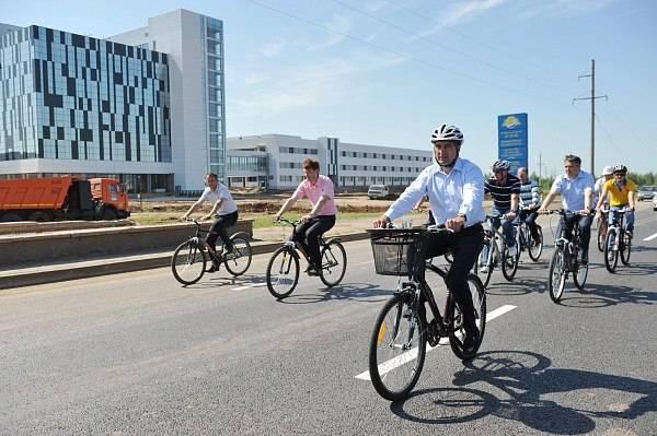 Эпатажный экс-мэр Набережных Челнов проверяет качество новых дорожных покрытий