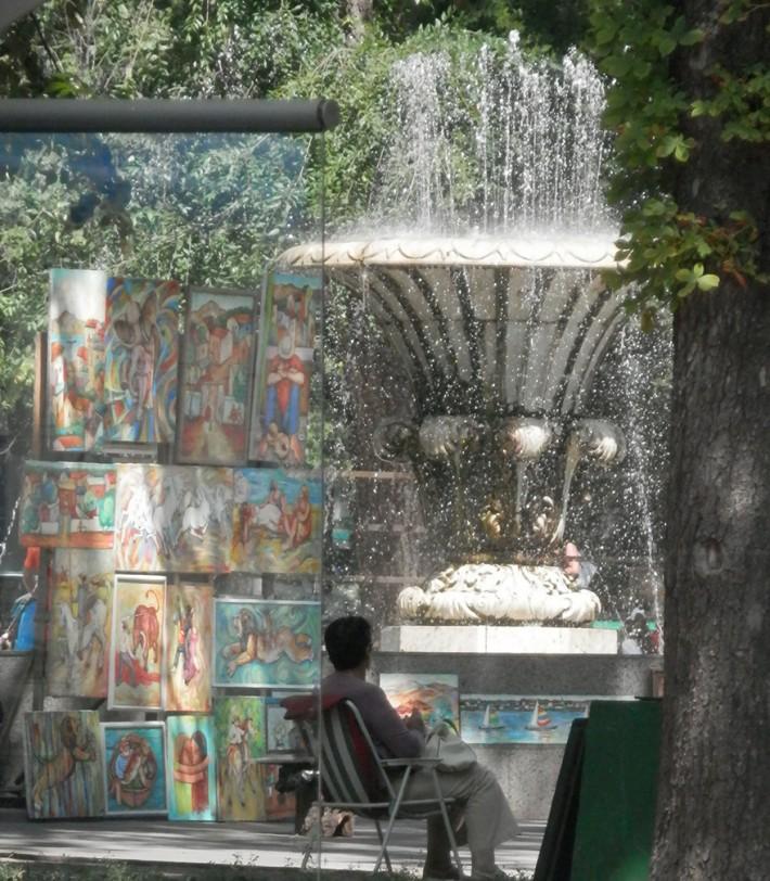 Лето. Одесса. Продавец картин ждёт покупателей в тени каштана