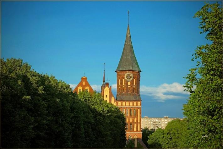 Вид на Кафедральный собор с неудачного ракурса (обратите внимание на уродующий картинку вид советской девятиэтажки на заднем плане)