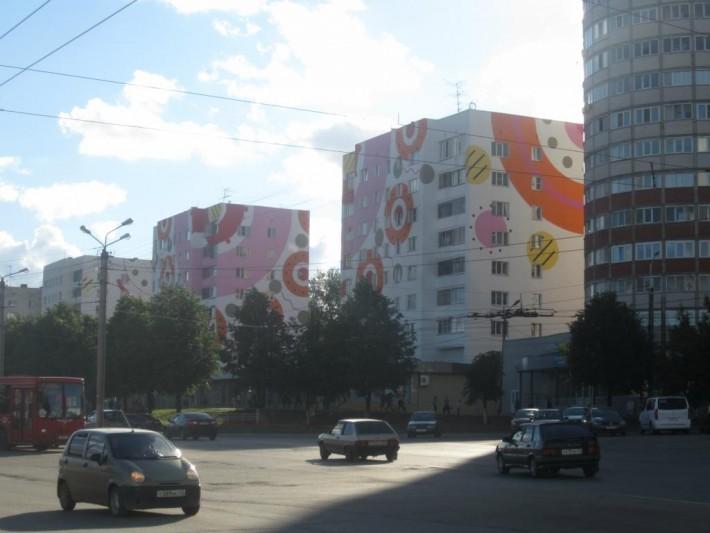 Дома расписаны в стиле Дымковской игрушки, некогда появившейся под Кировом