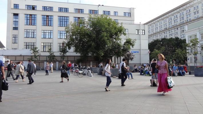 У метро Третьяковская галлерея
