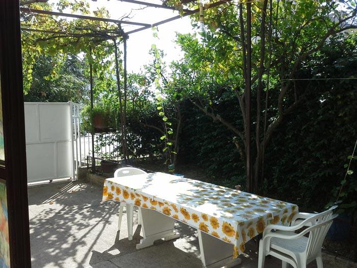 Наш новый дом, приятно отдыхать под виноградом.