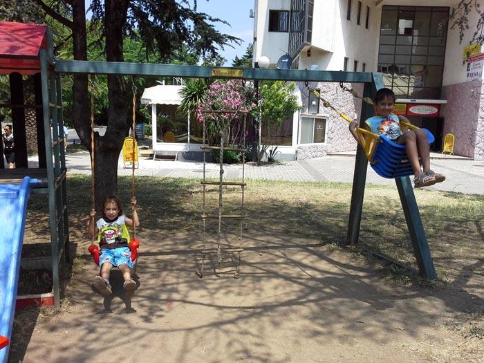 Одна из детский площадок Бара