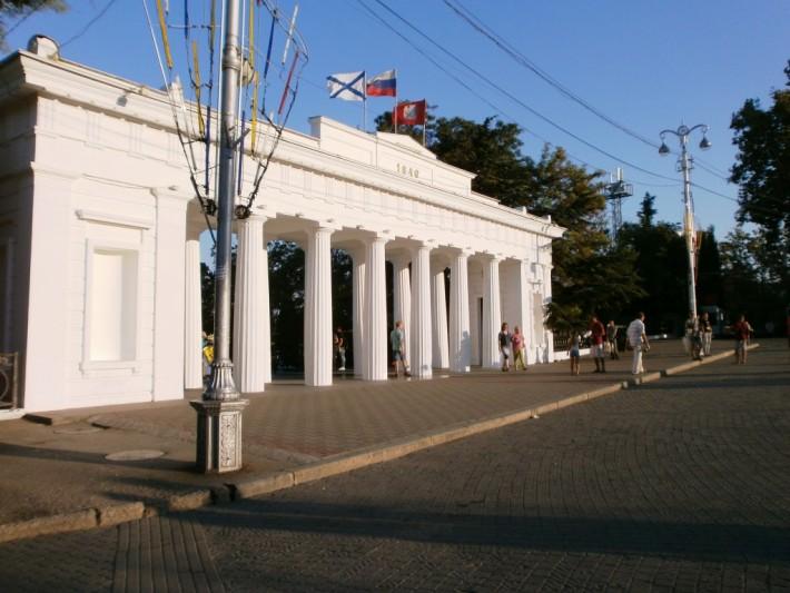 Графская пристань, вид с Нахимовской площади