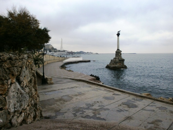 Символ города - памятник затопленным кораблям