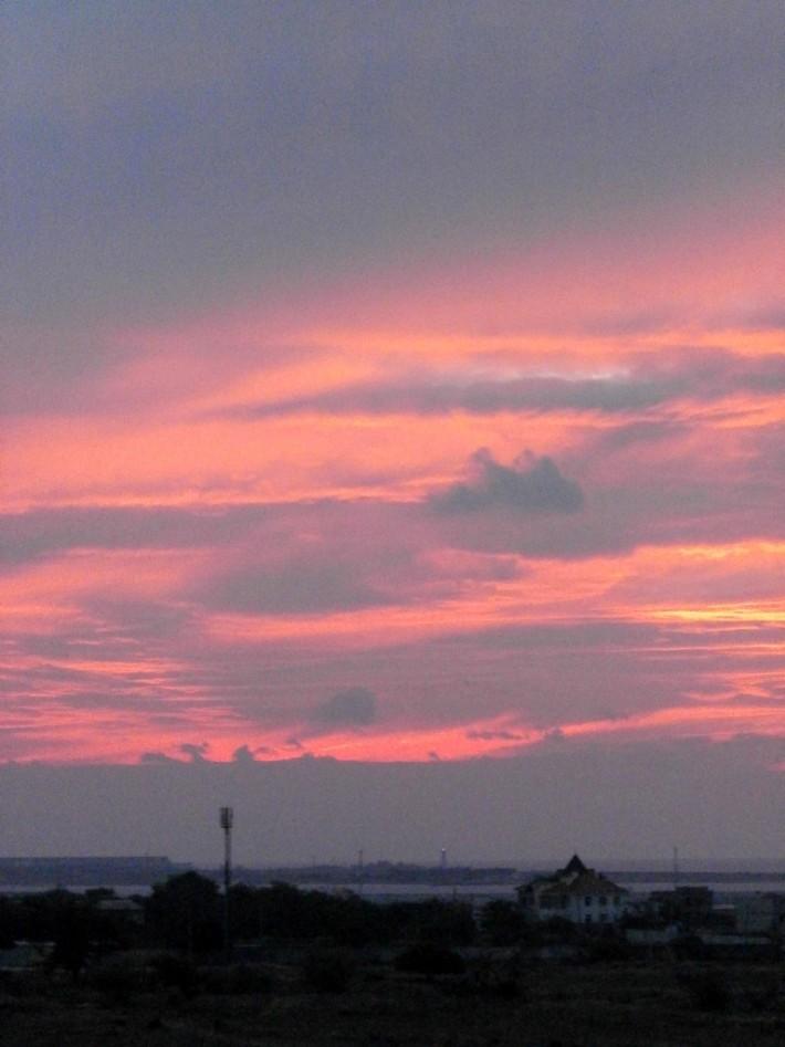 Закат из моего окна. Если приглядеться, то видно включенный маяк