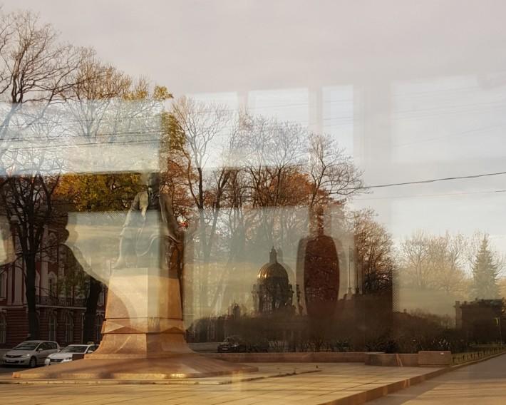 Отражение Исаакиевского Собора в окне троллейбуса