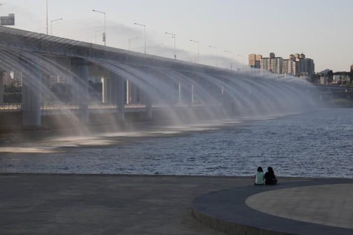 Мост Банпо - одно из самых популярных мест на набережной реки Хан