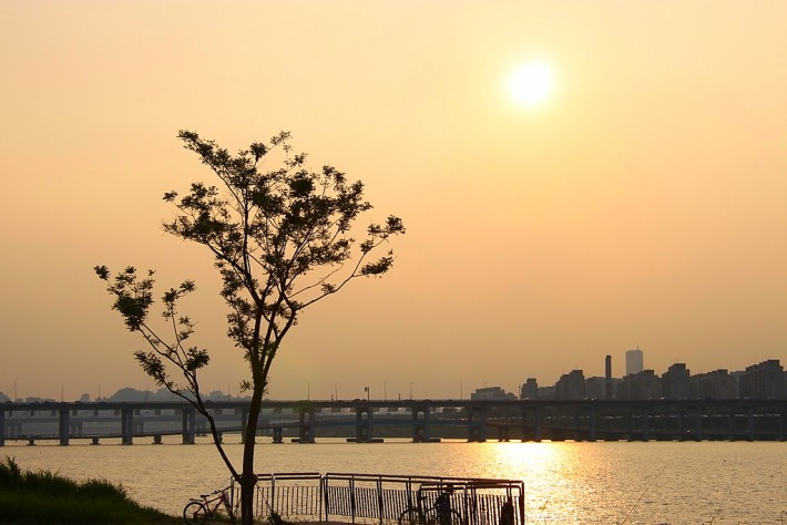 Один из вечеров на набережной реки Хан в Сеуле