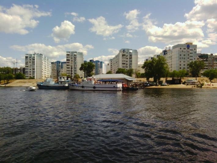 Новостройки у самой реки, ул.Кондакова, пляж