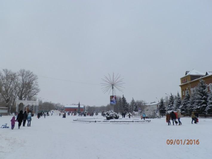 Площадь зимой. Слева вход в Городской парк