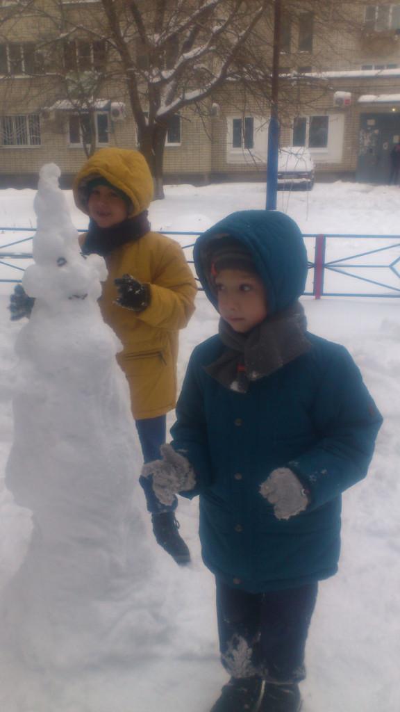 Лепим снеговика и идет дождь
