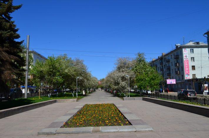 Октябрьский проспект - одна из главных улиц города с бульваром по центру
