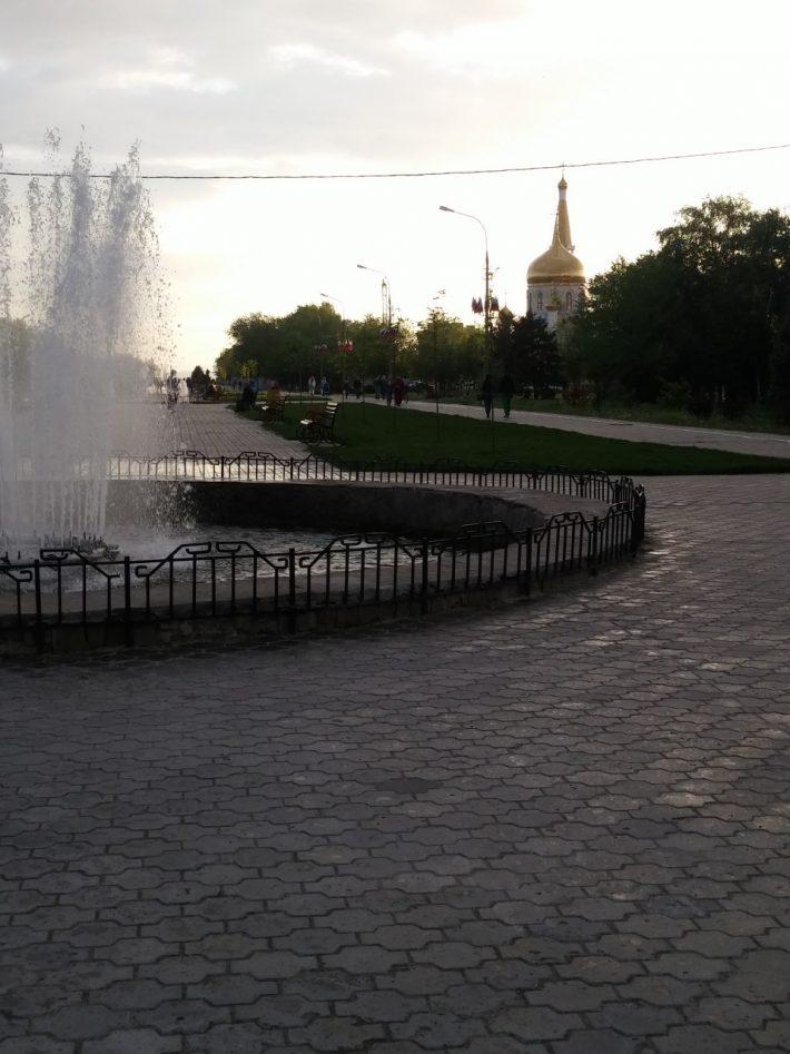 Аллея на площади Ленина. Рядом храм Иоанна Богослова